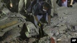 Tim penyelamat terus berusaha mencari korban di antara reruntuhan bangunan di Mexico City, Meksiko Selasa malam (19/9).