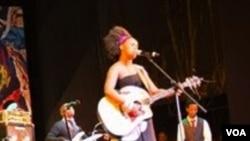 "South African musician ""Zahara"" (Rashid Lahiff/VOA)"