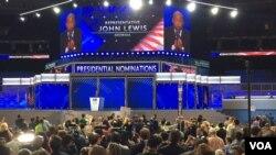 2016年7月26日,民主党全国代表大会现场,众议员约翰·路易斯在提名过程期间发表演讲