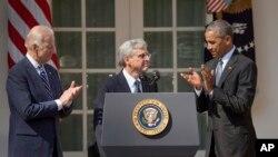 바락 오바마 미국 대통령(오른쪽)이 16일 백악관에서 새 연방대법관 후보에 메릭 갈랜드 현 연방순회항소법원장(가운데)을 지명한다고 발표했다. 왼쪽은 조 바이든 부통령.