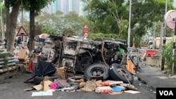 香港中文大學2號橋上一輛燒毀的汽車被用來當作路障。