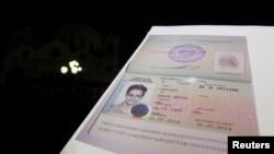 Giấy tờ Nga cấp cho Snowden. Snowden đã lặng lẽ ra khỏi phi trường hôm 1 tháng 8 sau khi bảo đảm được tị nạn tạm thời ở Nga, kết thúc hơn 1 tháng sống trong khu quá cảnh phi trường