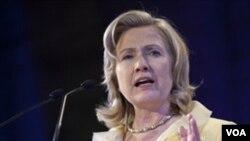"""Hillary Clinton dijo que las acusaciones de Google son """"muy serias"""" y que serán investigadas por el Departamento Federal de Investigaciones (FBI)."""
