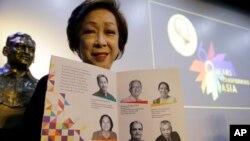 Bà Carmencita Abella, chủ tịch Quỹ Magsaysay với chân dung những người đoạt giải thưởng năm 2018