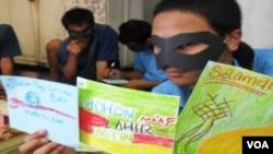 Belasan anak-anak di rumah tahanan kota Solo menghiasi kartu lebaran untuk dikirimkan kepada keluarga atau sahabat mereka (27/8).