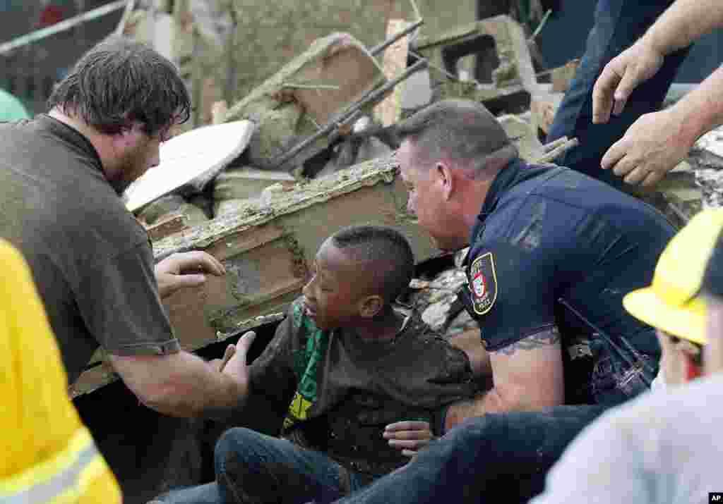 La policía retiraba los escombros de la escuela hasta con la mano con la esperanza de encontrar más niños sobrevivientes.