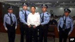 지난 달 22일 산둥 지방법원에서 열린 부패 혐의 재판에 보시라이 전 중국 충칭시 당서기(가운데)가 출석했다.