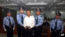 중국 북동부 고급인민법원이 보시라이 전 충칭시 공산당 서기의 보좌관인 우원캉에 대한 종신형을 확정했습니다. 지난 2013년 9월 전 중국 충칭시 당서기 보시라이(가운데)가 중국 산둥성 지난 시 법원에 출석했다. (자료사진)