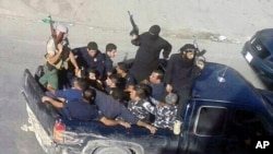 Pemberontak Suriah menaiki kendaraan di kota Arsal, Lebanon timur (3/8).