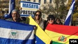 Manifestantes enarbolaron banderas de Nicaragua, Venezuela y Bolivia en Washington, en protesta contra el presidente en disputa Nicolás Maduro. Julia Riera/VOA.