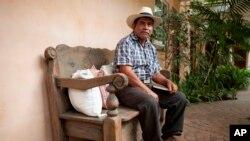 Según el Centro de Acción Legal Ambiental y Social de Guatemala (CALAS), en el 100 % de los casos en los que las comunidades indígenas se opusieron a proyectos mineros el Estado guatemalteco respaldó a las compañías mineras.