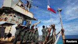 Chiến hạm cũ Sierra Madre được dùng như một tiền đồn của quân đội Philippines từ năm 1999 tại bãi cạn Ayungin.