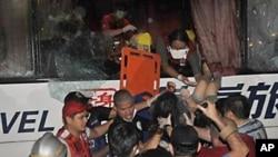 菲律宾救护人员在抢救被绑架人质危机中受伤的幸存者