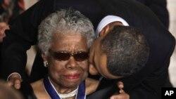 Tổng thống Hoa Kỳ Barack Obama hôn bà Maya Angelou sau khi trao tặng bà Huân chương Tự Do, 15/2/11