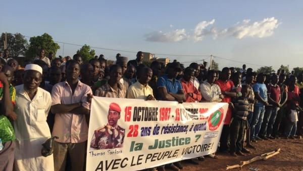 Plusieurs milliers de personnes se sont réunies à la place des martyrs dans le quartier Tampouy dans le nord-ouest de Ouagadougou pour commémorer le 28eme anniversaire de l'assassinat de Thomas Sankara, le père de la révolution burkinabè mort le 15 octobr