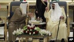 ملک عبدالله، پادشاه عربستان سعودی (راست) و صباح الاحمد الجابر الصباح، وزیر خارجه کویت در نشست «شورای همکاری خلیج» در ریاض
