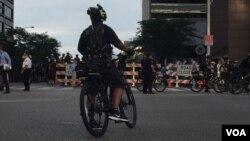 Agentes asignados temporalmente por más de una decena de departamentos policiales andan en bici patrullando la cuidad [Foto: Celia Mendoza, VOA].