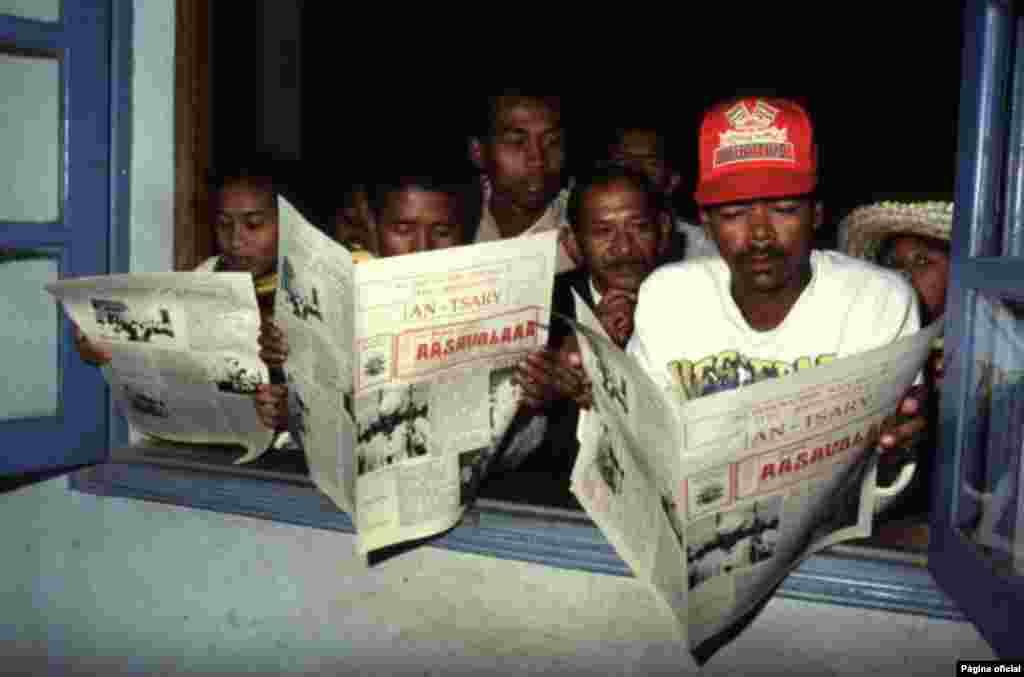 A pesar de los avances tecnológicos, aún hay zonas rurales donde el periódico es un medio de prensa fundamental, ese es el caso de esta comunidad en Madagascar.
