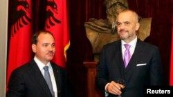 Perdana Menteri Albania Edi Rama, kanan, dan Presiden Bujar Nishani, terlihat saat upacara pengambilan sumpah di Tirana, 15 September 2013, adalah dua pejabat yang akan ditemui Menteri Luar Negeri AS John Kerry hari Minggu, 14 Februari 2016