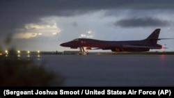 Американський бомбардувальник на базі в західному районі Тихого океану