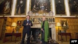 Thủ tướng Anh David Cameron (trái) và Tổng thống Afghanistan Hamid Karzai nói mở cuộc họp báo sau cuộc họp tại tư gia của Thủ tướng Anh hôm 28/1/12