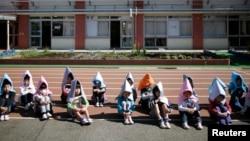 日本东京一所小学的学生进行防震演习(2015年3月)