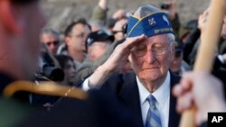 Một cựu chiến binh Mỹ từng tham chiến trong Thế Chiến II tưởng niệm ngày đồng minh đổ bộ lên Normandy.
