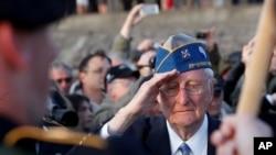 90-годишниот воен ветеран, Американецот Морли Пајпер, на церемонијата по повод годишнината од Денот Д во Нормандија.