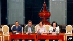 Dari kiri: Wakil Tetap Kuwait untuk PBB Mansour Ayyad SH A Alotaibi, Pimpinan Dewan Keamanan PBB Gustavo Meza-Cuadra, Wakil Tetap Polandia untuk PBB Joanna Wronecka, dan Wakil Tetap Inggris untuk PBB Karen Pierce, dalam konferensi pers di Bandara Internasional Naypyitaw di Naypyitaw, Myanmar, 1 Mei 2018, pasca kunjungan dua hari ke Myanmar.