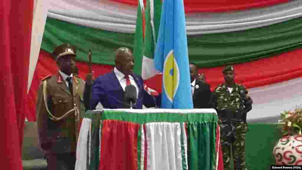 Le président burundais réélu Pierre Nkurunziza lit le text de son sermen devant de la Cour constitutionnelle à Bujumbura, Burundi, 20 aout 2015