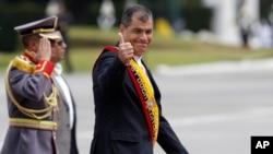 El presidente de Ecuador, Rafael Correa cesó a la cúpula militar el 26 de febrero cuando todavía debían ser reemplazados en sus puestos en abril.