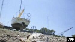 Hồ Benbrook ở thị trấn Benbrook, Texas khô cạn vì hạn hán