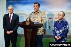 Menko Maritim dan Investasi Luhut Binsar Pandjaitan beserta Tony Blair dan Masayoshi Son saat memberikan keterangan pers di Kantor Presiden, Jakarta, Jumat, 28 Februari 2020. (Biro Setpres)