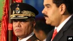 El ministro de Defensa venezolano Vladimir Padrino, en la foto con el presidente Nicolás Maduro, dijo que un avión espía estadounidense recogió información sobre la Cumbre de Países No Alineados el fin de semana en la isla Margarita.