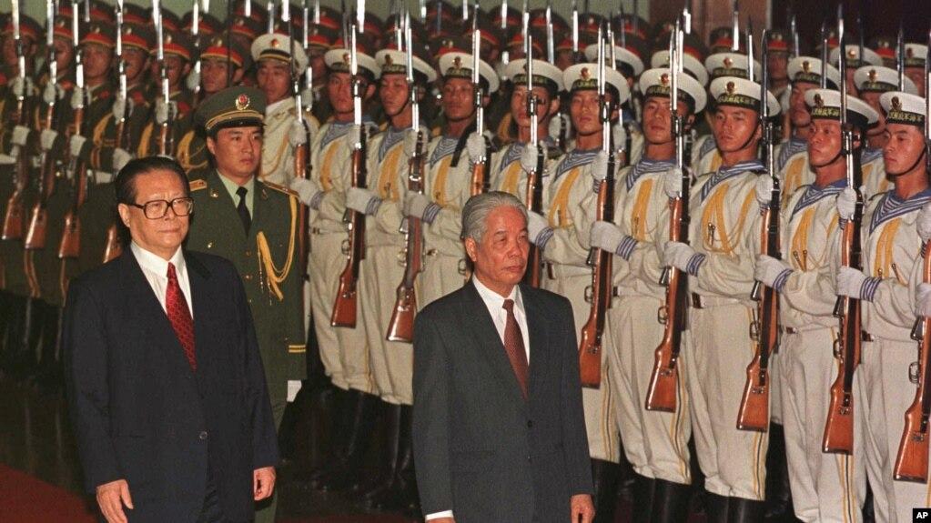 Tổng Bí Thư Việt Nam Đỗ Mười và Chủ tịch Trung Quốc Giang Trạch Dân, Bắc Kinh, tháng 7/1997.