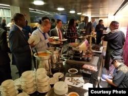 Chef Ragil hidangkan kuliner nusantara di Washington, D.C. (Dok: VOA)