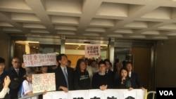 民主派姚松炎、梁国雄、罗冠聪和刘小丽在高等法院前(美国之音图片/海彦拍摄)