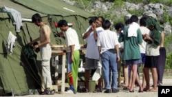 Para pendatang gelap yang berupaya masuk ke Australia ini berada di Pulau Nauru, salah satu kamp pemrosesan bagi pencari suaka politik di luar Australia (foto: dok).