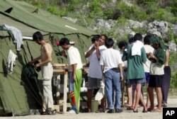Người tị nạn trên đảo Nauru ở Thái Bình Dương. Từ năm 2013, chính phủ ở Canberra đã tìm cách không cho thuyền nhân cập bến Úc. Thay vào đó, họ đưa thuyền nhân đến những trung tâm làm thủ tục ở nước ngoài tại đảo quốc tí hon Nauru ở Nam Thái Bình Dương và Papau New Guinea.