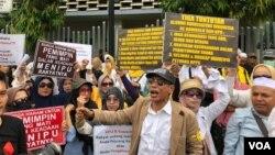Sejumlah massa berorasi di depan kantor Bawaslu RI di Jakarta, Kamis (9/5), menuntut Bawaslu untuk mendiskualifikasi Jokowi-Maruf. (Foto: VOA/Ghita)