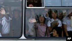 지난해 6월 북한 평양에서 아침 출근 시간 버스에 탄 주민들. (자료사진)