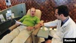 El cáncer de colon se ha reducido en la última década, en parte, gracias a más adultos visitan al médico para realizarse un examen preventivo.