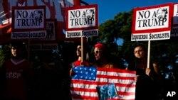 Decenas de manifestantes protestan contra la investidura presidencial de Donald Trump frente a la Embajada de EE.UU. en Buenos Aires.