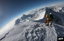 Gunung tertinggi di dunia, Everest. (Foto: Phunjo LAMA/AFP)