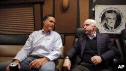 ທ່ານ Mitt Romney ແລະທ່ານ John McCain ສະມາຊິກສະພາສູງສະຫະລັດ ເດີນທາງໂຄສະນາຫາສຽງຮ່ວມກັນໃນລັດ New Hampshire. ວັນທີ 5 ມັງກອນ 2012.
