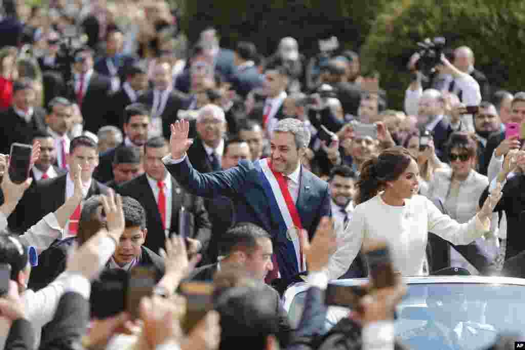 Paraqvayın yeni prezidenti Mario Abdu Benotez həyat yoldaşı Silvana Lopezlə inaqurasiya mərasimindən sonra
