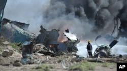 Vatrogasci pokušavaju da ugase požar na etiopskom teretnom avionu koji se srušio u Somaliji