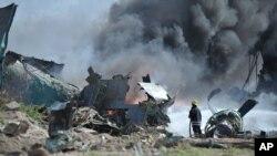 9일 소말리아 모가디슈 공항 인근에서 추락한 에티오피아 군용기에서 검은 연기가 피어오르고 있다.