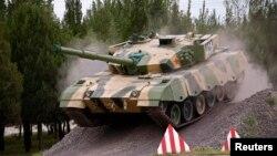 Xe tăng của Quân đội Giải phóng Nhân dân Trung Quốc (PLA) biểu diễn trước giới truyền thông tại Bắc Kinh.