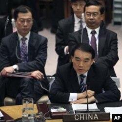 ເອກອັກຄະລັດຖະທູດຈີນ ປະຈໍາສະຫະປະຊາຊາດ ທ່ານ Li Baodong ກ່າວປ້ອງກັນການໃຊ້ສິດວີໂຕ້ຮ່າງຍັດຕິກ່ຽວກັບຊີເຣຍ ທີ່ກອງປະຊຸມ ສະພາຄວາມໝັ້ນຄົງ, ວັນທີ 4 ກຸມພາ 2012. (AP Photo/Mary Altaffer)